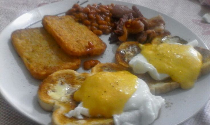 Eggs benedict - home made hollandaise sauce, hash browns, bacon & baked beans.
