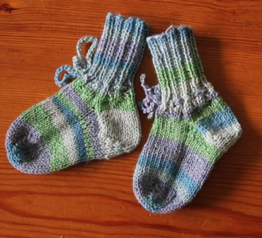 Ever so cute hand knitted babysocks: I just love them.