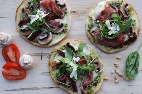 Een pizza ongezond? Niet wanneer je een pizza maakt met verse ingrediënten en een wrap bodem. Een skinny pizza noemen we dat! Hieronder vind je het recept voor een 'gezonde' pizza met zelfgemaakte pesto, champignons, ham, zongedroogde tomaatjes en rucola. Een heerlijke smaakcombinatie. Persoonlijk vind ik deze pizza vele malen lekkerder... Read More →
