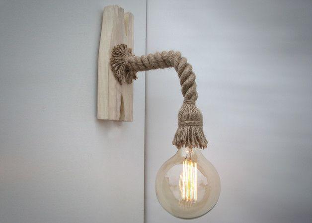 Die Lampe wird von Hand gefertigt. Das Brett ist künstlich alt, und mit einer Schutzschicht bedeckt. Eine dekorative Lampe Edison ist verwendet (eingeschlossen, Patrone E27, 40W).  Ein...
