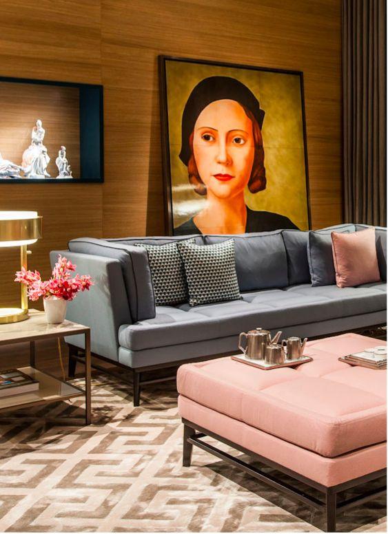 Salon élégant avec murs lambrissés modernes et un tableau remarquable qui m'a interpellé.