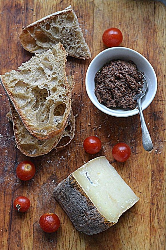 Chleb z mąką z płaskurki i dojrzałym pecorino