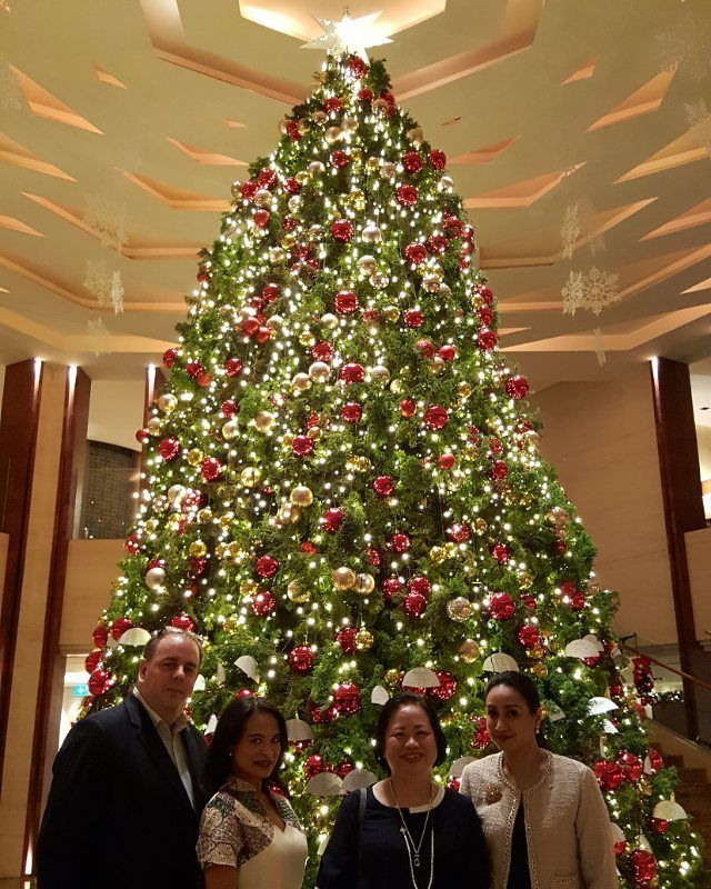 At The Christmas Tree Lighting Ceremony At Mo Jakarta Mandarin Oriental Jakarta With Some Friends Christmas Is Coming To The World