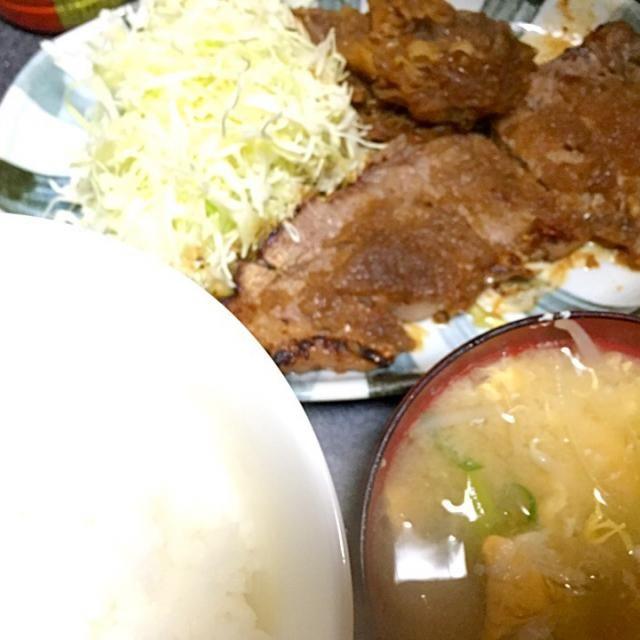 ガッツリいった! #夕飯 - 4件のもぐもぐ - ビフテキ、白米、タマネギ炒め、玉子ネギもやし味噌汁 by ms903