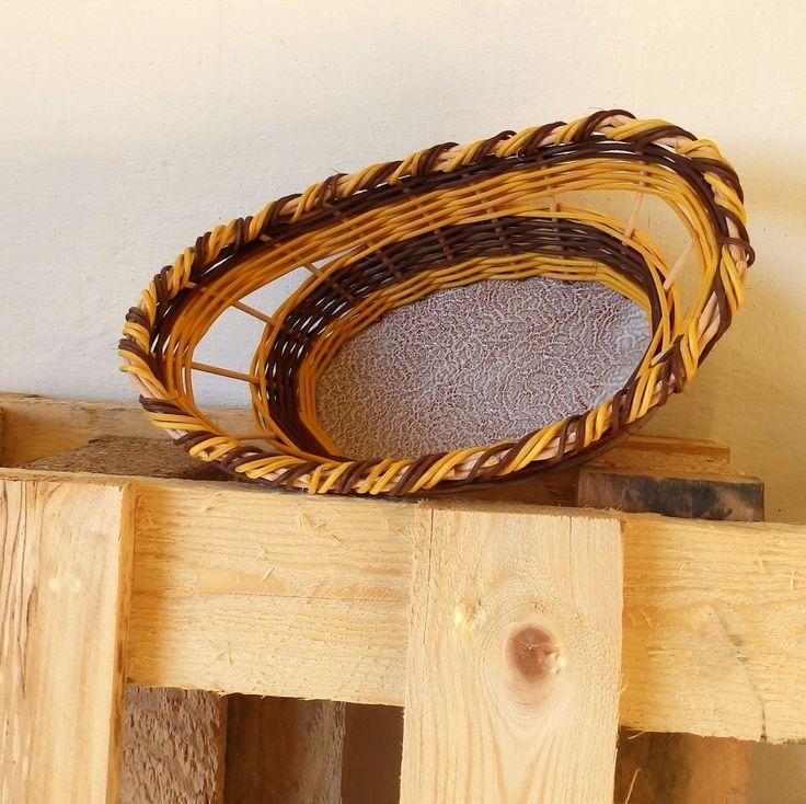 Košíček s keramickým dnem Oválný košíček, pletený ze žlutého a hnědého pedigu s ručně dělaným keramickým glazovaným dnemvypáleným vysokou teplotou v keramické peci. Rozměr dna je 11x18,5. Horní rozměr je 25 x 16,5, výškakošíčku je 10 cm.