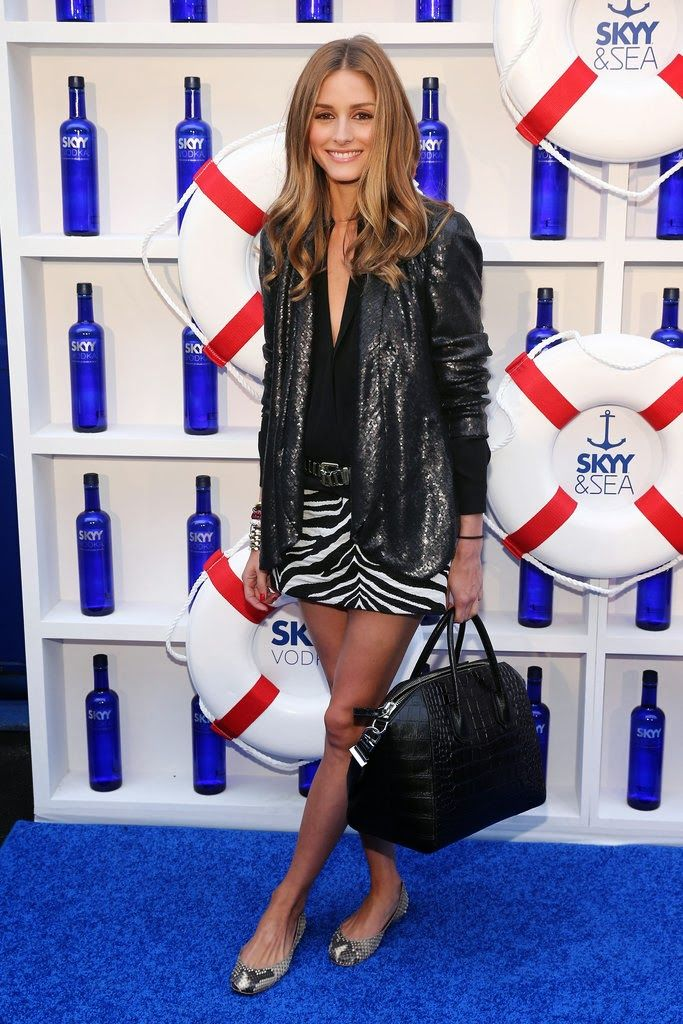 Olivia-paired-sequined-blazer-zebra-print-skirt-snakeskin-flats-added-black-Givenchy-bag-lots-bangles-while-aboard-yacht-NYC.jpg 683×1,024 píxeles