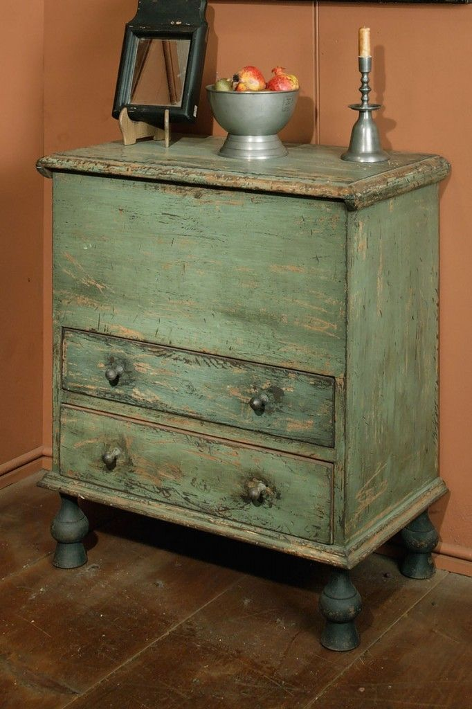 EARLY LOOK BLANKET CHEST DISPLAYING A SMALL MIRROR, A PEWTER CANDLEHOLDER, AND FOOTED BOWL WITH FRUIT.