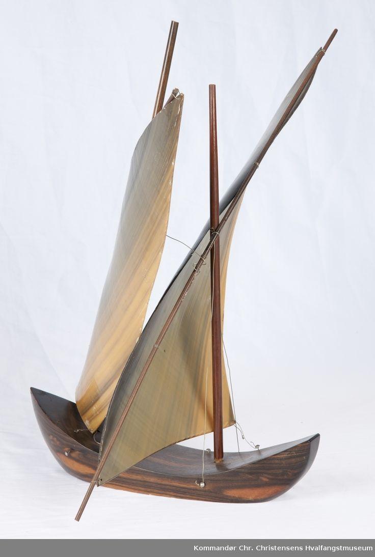 Båtmodell av hvalbardeplater, fartøy med to seil. Mester og rær av tre.