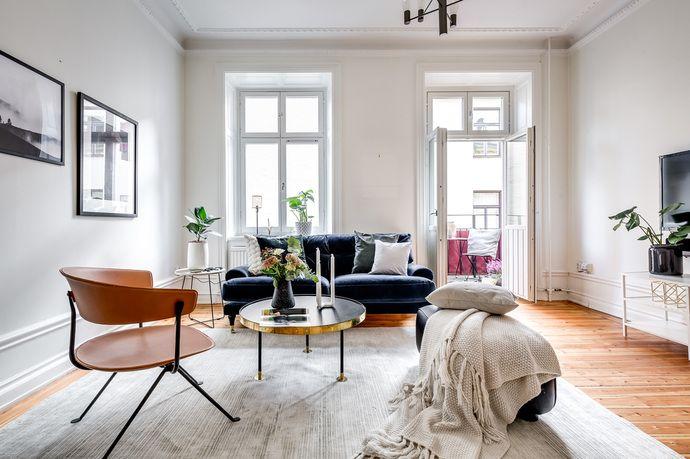 Välplanerad och mycket luftig lägenhet med perfekt läge i hjärtat av Östermalm. Stort & ljust sällskapsrum med två generösa fönster, vackra sekelskiftesdetaljer, frikostig takhöjd och en härlig balkong mot trevlig innergård. Välutrustat kök med exklusiva vitvaror och matplats för 4-6 personer. Rogivande sovrum med plats för förvaring. Sobert badrum, helkaklat i vitt, dusch samt tvättmaskin. Vackra nyslipade golv. Mycket välskött och tilltalande fastighet. Gårdshuset saknar hiss.