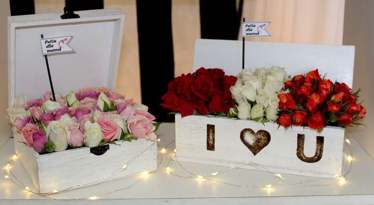 Vista arreglos florales en cajas de madera.