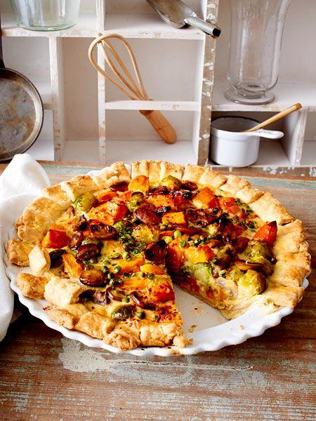 Neben Hokkaido besteht die Veggie-Füllung des Pies aus Möhren, Rosenkohl, Champignons und Erbsen.