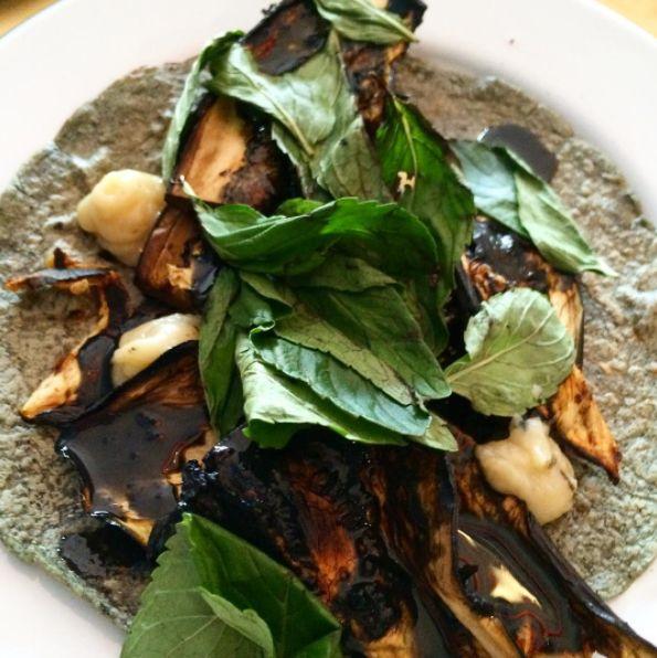 Para el instagramero vegetariano, el taco de berenjena ahumada con puré de ajo confitado y hierbabuena que no tiene mamá.   Esta taquería de la CDMX está haciendo los tacos más hermosos del país