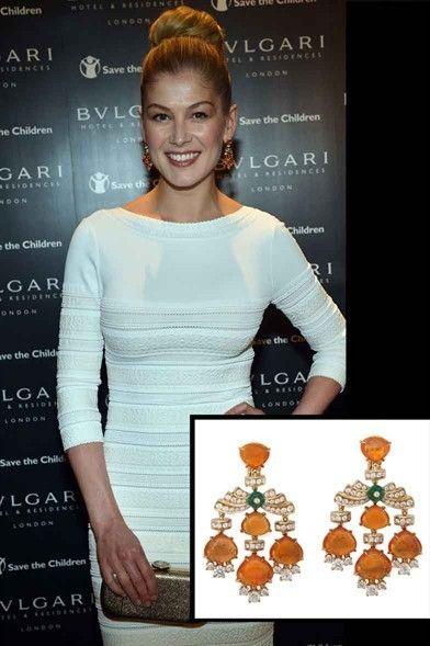 Rosamund Pike indossa Bulgari    Orecchini in pietre preziose e stile rétro per la star del film 007.