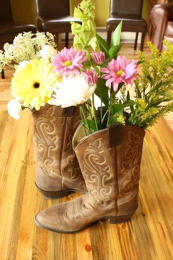 Un centro original para una fiesta vaquero o una fiesta oeste - pon algunos flores dentro de una bota vaquera! / An original centrepiece for a western party or a cowboy party - place flowers in a cowboy boot!