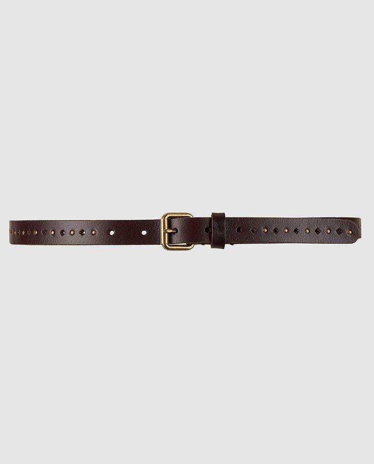 Cinturón de piel en color marrón oscuro con detalles perforados y tachuelas metálicas.