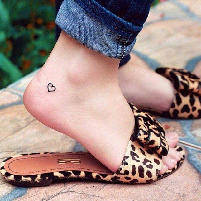 Inspiração: tatuagens delicadas no pé em 2020 | Tatuagem pequena no tornozelo, Tatuagens no pé, Tatuagens de coracõeszinhos
