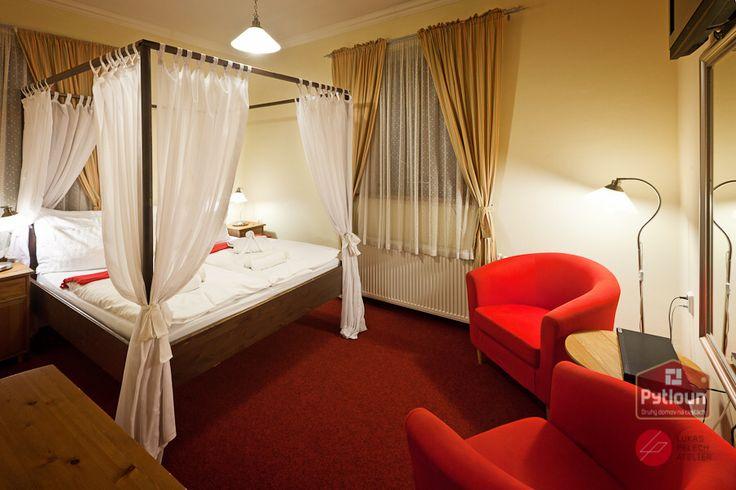 Přišli na to lidé už ve středověku: ideální na spaní jsou postele s nebesy,  člověk má pocit, že se v nich lépe ukrývá před okolím. Chcete se i Vy ukrýt?  Těšíme se na Vás. #pytloun #liberec #hotel #vscocam
