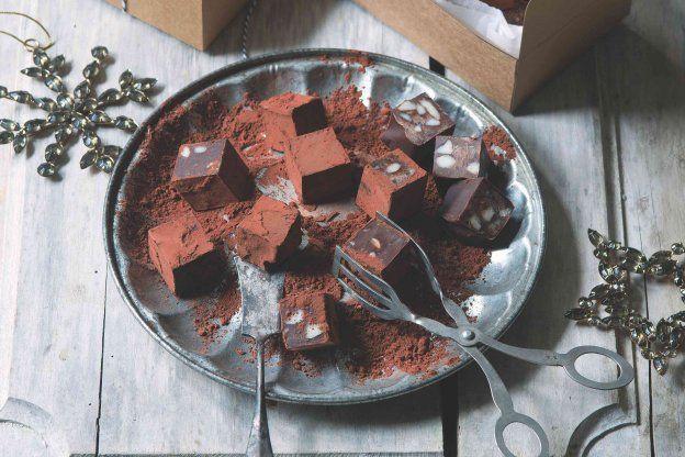 Karamelovo-čokoládové kostky s makadamiovými oříšky