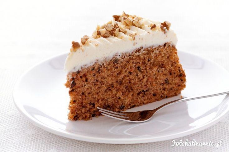 Najlepsze ciasto marchewkowe - wilgotne, piernikowe, z aromatem masła, orzechami oraz słodkim kremem mascarpone.