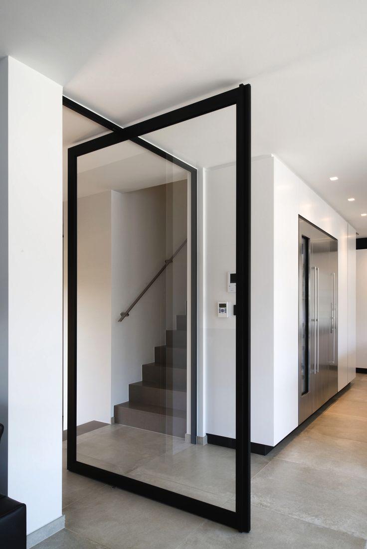 """Glazen taatsdeur met zwart frame voor een """"stalen deur"""" uitzicht. Een strakke oplossing die in elke woningstijl past. Het scharniersysteem wordt niet in de vloer ingebouwd, zodat het zowel in nieuwbouw als verbouwing kan geplaatst worden. #taatsdeur #taatsdeuren"""