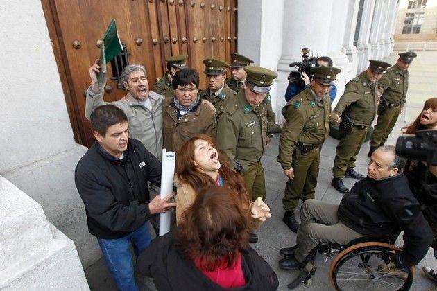 [FOTOS] Discapacitados en huelga no son recibidos por Chadwick y protestan frente a La Moneda | El Dínamo