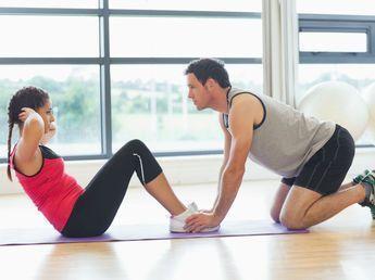 Quoi de plus joli qu'un ventre bien plat et une taille de guêpe ? Retrouvez 3 exercices fitness du coach Christophe Ruelle pour affiner votre taille et...