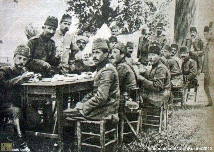 Mustafa Kemal'in oldukça ender bulunan bir fotoğrafı, 1910 (1326) nisan ayının son günleri.. Ustrumca (Makedonya) civarında bir erkanı harbiye tatbikatı sonrası yenilen öğlen yemeği..