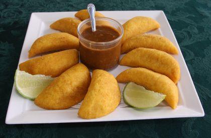 APERITIVO: EMPANADILLAS COLOMBIANAS, con harina de maíz y salsa picante.