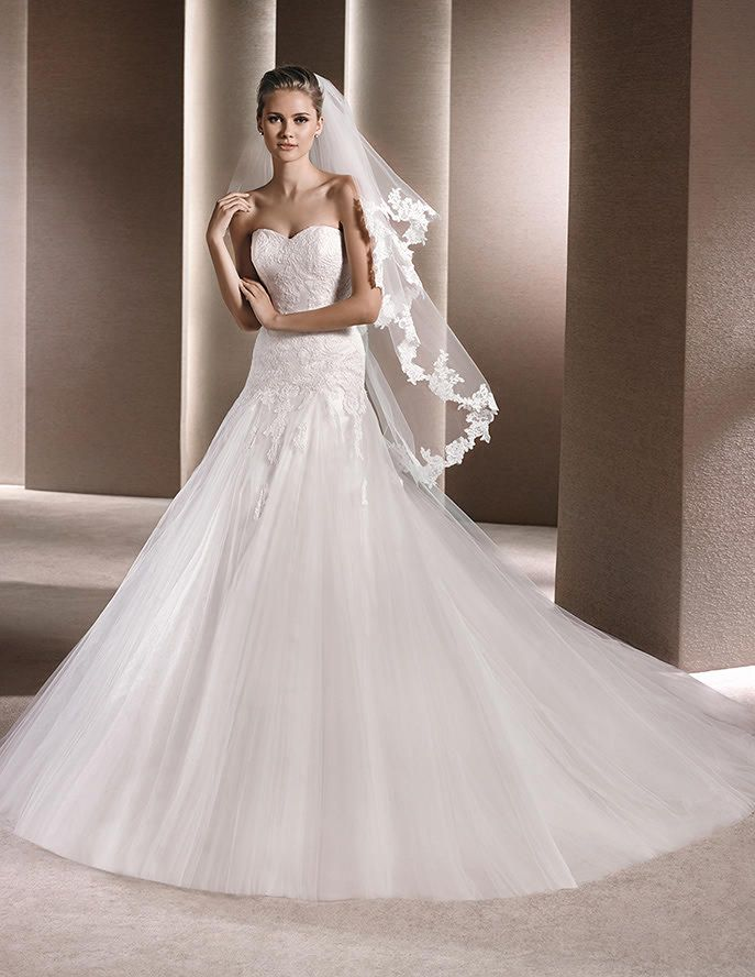 Dress with sweetheart neckline, in tulle