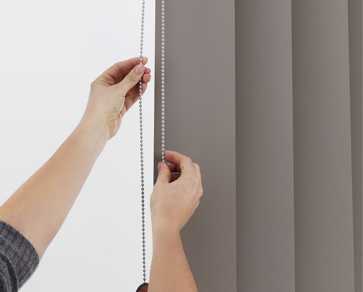 Monocommand 180° - One continuous beaded chain operates the entire blind and is used for both tilting and moving the blades. The cleverly designed bevel gears within the track allow the blades to rotate 180 degrees eliminating light gaps. #luxaflexaus #verticalblinds #edgevertical #newdesign #windowinnovation #windowfashions #homedesign #homedecor #interiordesign