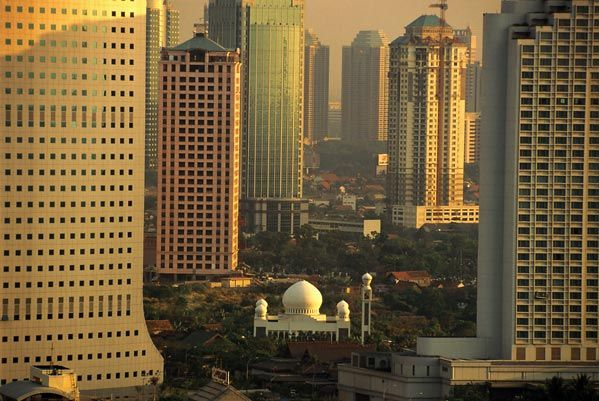 Masjid di antara gedung tinggi Jakarta
