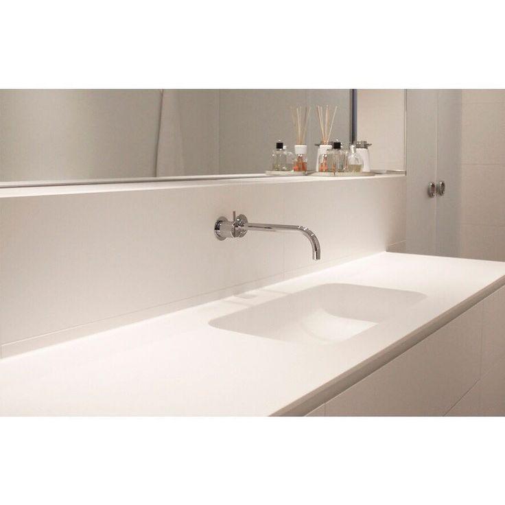 Kundefoto - lækkert minimalistisk badeværelse, der oser af hotelstemning, med et italiensk badmøbel i stramt design, og store hvide fliser på væggen. Hvidt i hvidt på den fede måde 👍🏼 😍  #madeinitaly #ideagroup #ideagroupbathrooms #myinterior #luxuryinteriors #indretningsinspiration #scandinavianbath #walltile #VOLA #fliser #murer #tiletrends #tilelove #tiling #tiles #nybyggeri #nybyg #design #hotelstyle #badrum #bathroompic #instalovers #aarhusbadogfliser