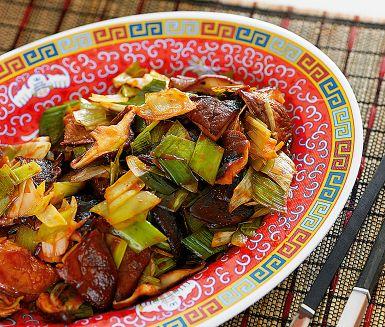 Den aromatiskt exotiska shiitakesvampen står i centrum i det här läckra tillbehöret som passar perfekt till en bit lax eller kyckling. Ett sötstarkt svampfräs med vitlök, purjolök, ingefära och hoisinsås. Torr sherry är ett bra alternativ till risvinet shaoxing.