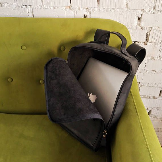 """Mochila de cuero """"Castor"""" Es una mochila hecha a mano de cuero Consiste de: - dos bolsillos exteriores con dimensiones 15 x 15 cm que se cierran con magnetos - una sección interior espaciosa - un bolsillo interior en la parte trasera de la mochila Dimensiones Altura: 39 cm Anchura: 39 cm Profundidad: 13 cm Es disponible por encargo en colores negro, marrón, marrón claro, amarillo, rojo, verde, naranjado y azul."""