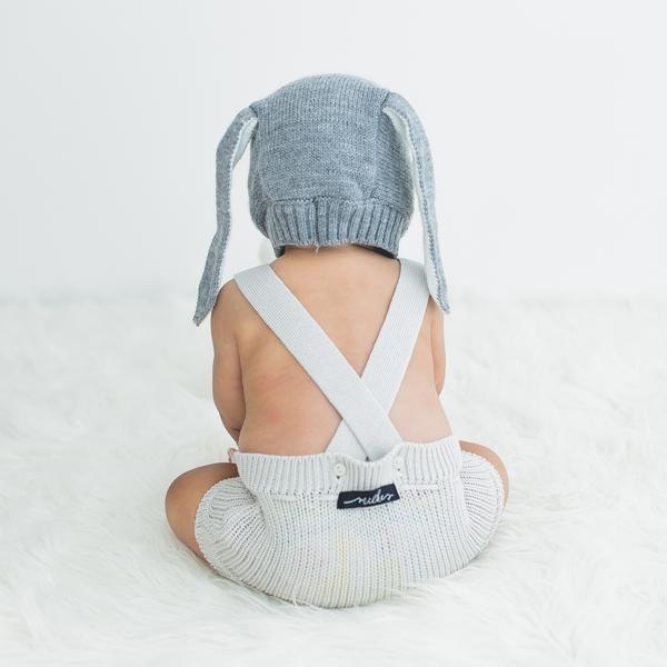 macacão bebê de tricô off white com pompom - Macacão bebê de tricô off white confeccionado em algodão e material sintético, tem o toque macio e é super confortável. Com cortão de pompom para ajustar a cintura e dar o toque estiloso ao look. Pode ser usado sozinho no verão ou com roupinha por baixo no inverno. #fofura #modabebe #trico #modainfantil #bebeestiloso #tricot #lookdebebe #fashionbaby #bebemoderno #conforto #modaescandinava #escandinavo #estilonórdico #bebevintage