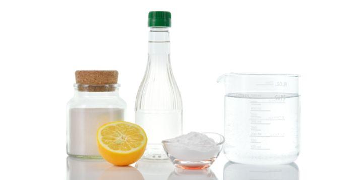 Iedereen heeft het wel in huis: azijn. Veel mensen weten niet hoe handig dit kan zijn. Azijn kun je gebruiken om veel dingen schoon te maken. Je kent er vast
