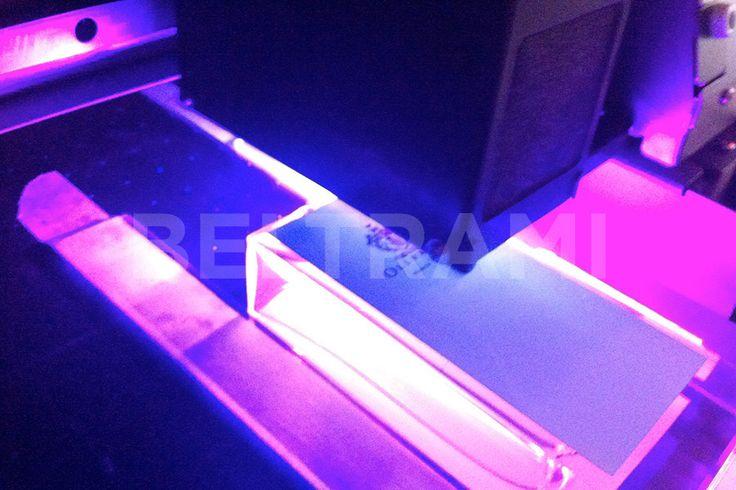 Particolare fase di stampa diretta UV in lavorazione.