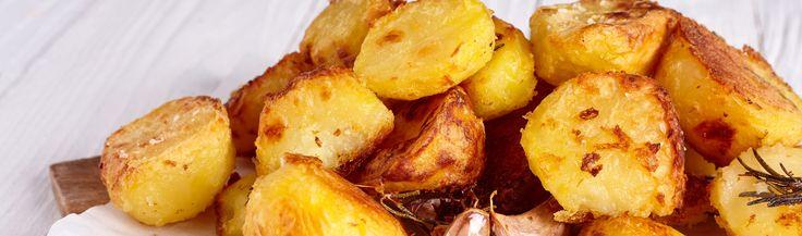 Stoom de geschilde aardappels zolang, dat ze net iets te gaar zijn (tussen de 25 en 35 minuten) en laat ze goed afkoelen. Zo kan het zetmeel geleren, waardoor de aardappels beter zullen bakken. Eigenlijk precies zoals met friet wordt gedaan. De aardappels koken, kan ook. Dan mogen de dorés iets vaster zijn.  Snijd ze in ongelijke blokjes voor het beste kruimelwerk en bak ze op een middel tot middel-laag vuur in flink boter en een beetje olie met zout. (ganzenvet of ossewit is ook lekker)