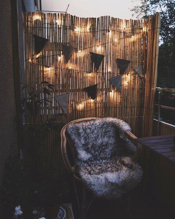 bohemdesign Blogg, vimpel, rottingstol, pläd, ljusslinga, solcell, växter, balkong, balcony, bohemian, night light