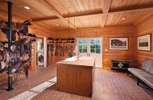 Very nice tack room, it has it all. Sofa, sink, rubber floor, very organized and even a laundry room. What more could you ask for?