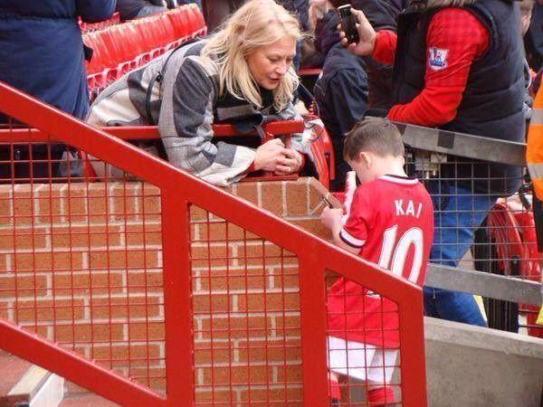 Dzieciak gwiazdy Manchesteru United już rozdaje autografy • Kai Wayne Rooney ma dopiero 5 lat i już jest sławny • Wejdź i zobacz >> #rooney #manutd #manchesterunited #football #soccer #sports #pilkanozna #funny
