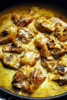 Poulet à la noix de coco6 hauts de cuisse de poulet coupés en deux – 2 oignons – 2càs de curry en poudre - 1càs à soupe de soja – 60cl de lait coco – 1cube de bouillon de volaille – sel et poivre