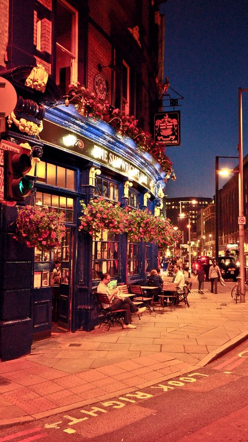 The Shipwrights Arms, situated between London Bridge and Tower Bridge on Tooley Street, is a classic English pub.
