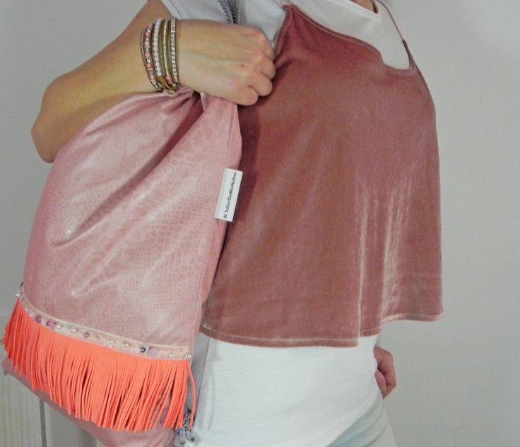 mochila mujer boho chic antelina rosa con flecos color fresa, terciopelo y pedrería varia- estilo bohemian pink chic de ElTallerdeMisNubes en Etsy