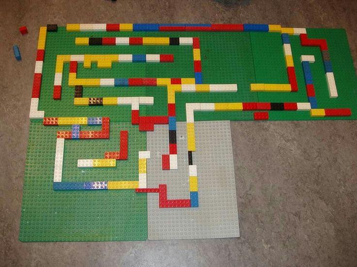 Knikkerbaan van lego. Doolhof maken kan ook.