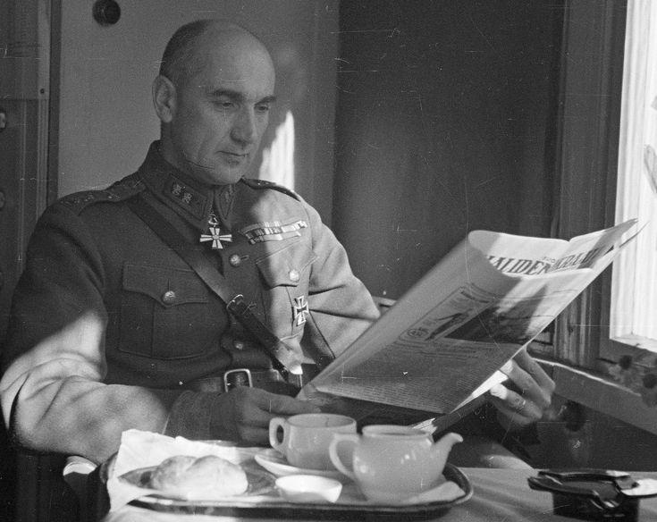 Jääkärikenraali Väinö Valve (1895-1995) merivoimien esikunnassa 1941.