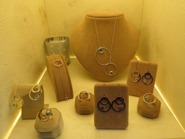"""Collezione """"Gocce di Colore"""" composta da orecchini, anelli, bracciali e collane in oro bianco, giallo e rosa o bicolore con pietre naturali cabochon"""