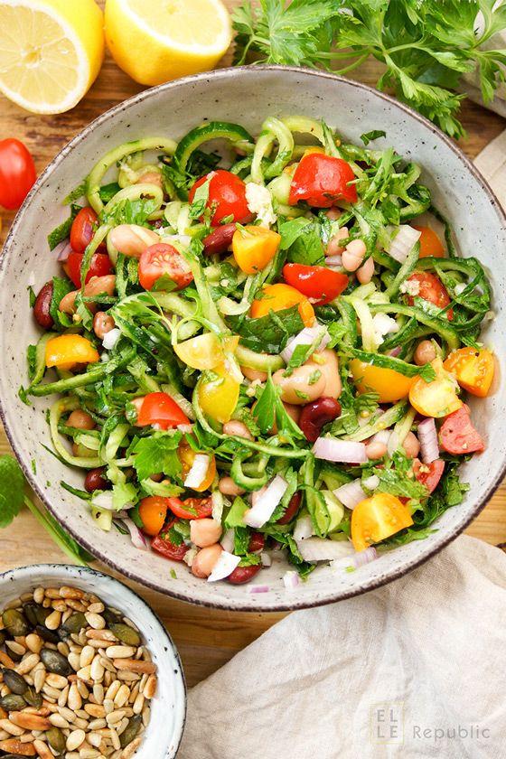 Vegane Rezept für Bohnensalat mediterrane Art, Feuerbohnen, Navy Bohnen, Kidney Bohnen, Kichererbsen, Spiralized Gurke, Petersilie, Minze, Cherry Tomaten, Zitrone von Elle Republic