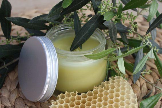 Un baume très facile et rapide à réaliser : Chauffer au bain marie 30 g d'huile d'Olive pour y faire fondre 4 g de cire d'abeille. Rajouter 10 gouttes d'huile essentielle de Géranium ou de Lavande. Conditionner dans un pot. Ce baume est idéal pour le soin des zones sèches (mains, coudes, pieds etc.).