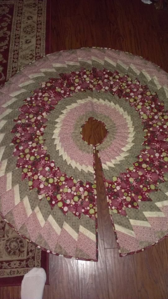 Quilted Christmas Tree Skirt Pinterest : 368 best Tree skirts images on Pinterest Christmas tree skirts, Christmas quilting and ...